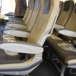飛行機に赤ちゃんと乗る時の注意点と耳抜き方法は?あやし方は?